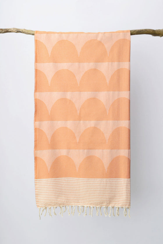 Tu es la Vague throw: Coral Orange