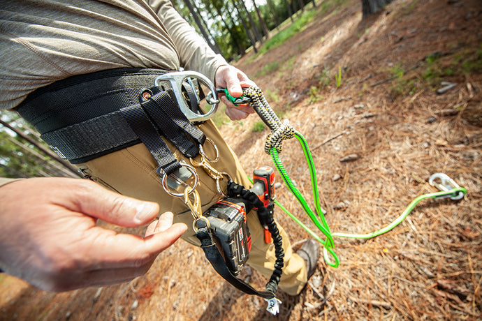 How to use a climbing belt to install a tree stand safely