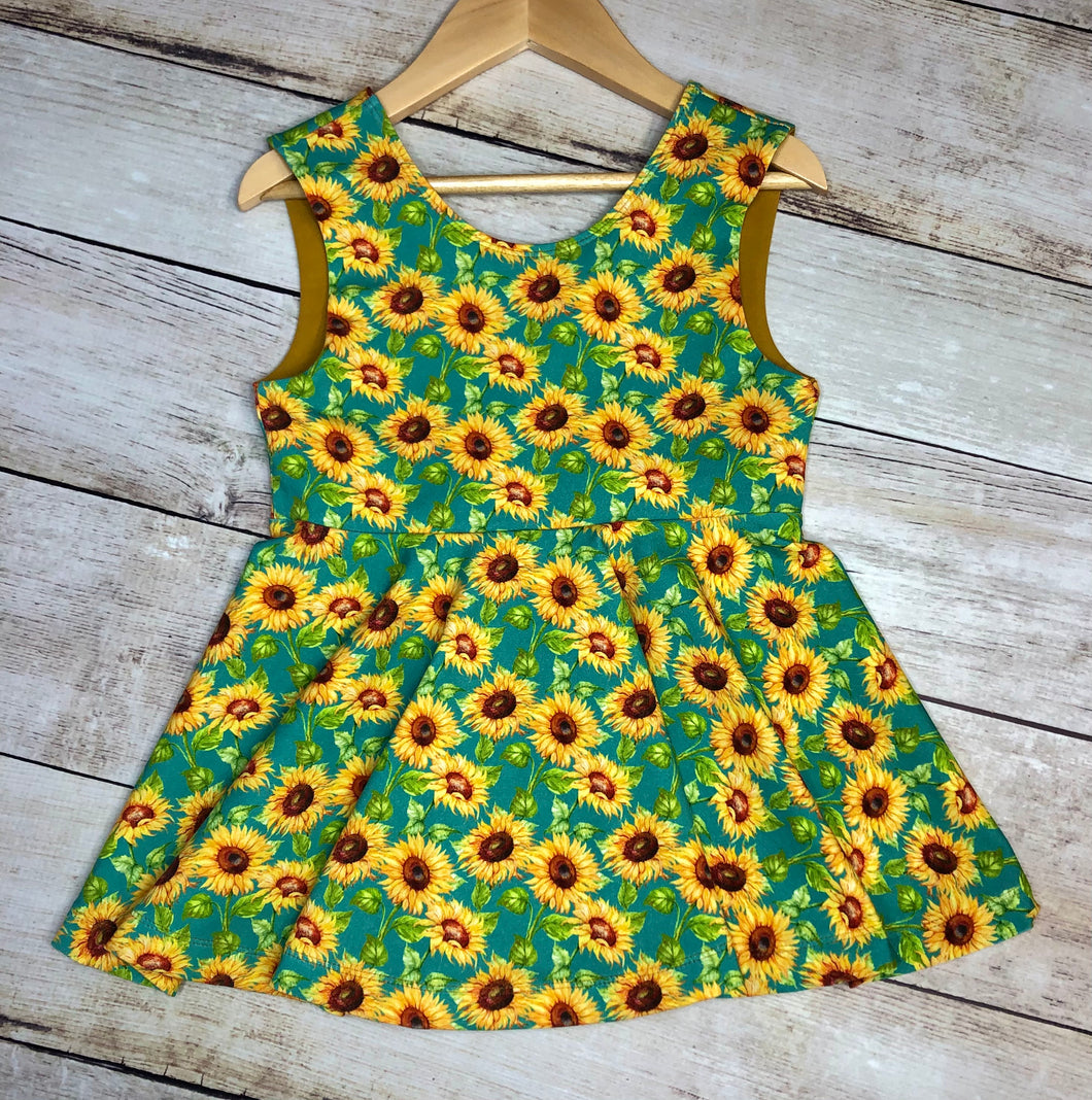 Size 7 Sunflowers Ayda V-Back Tunic Length Top