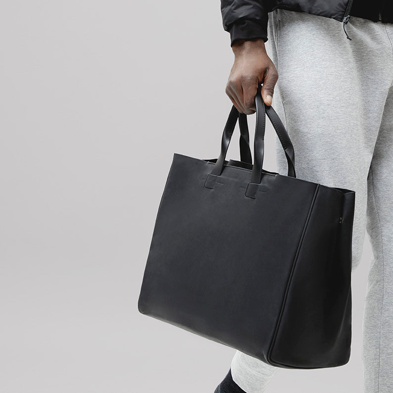 Minimalist black tote made with natural vegetable-tanned leather, for professionals