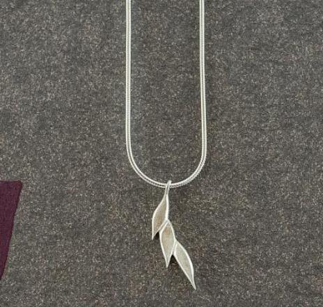 Swoosh single drop necklace in silver