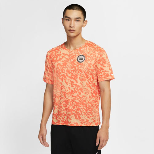 NIKE MENS DRI-FIT MILER WILD RUN PRINTED RUNNING TOP | CAMELLIA