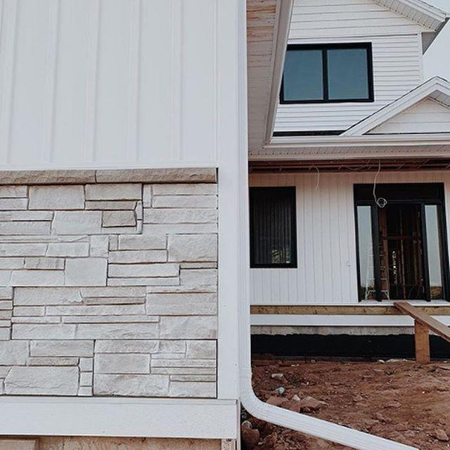 "Versetta Stone Siding Panels 8"" x 36"" Flat Tight-Cut (36 Panel Carton)"