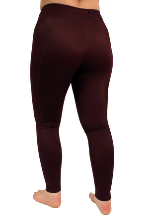 Vain dane athletic's Sigrid leggings with compression and 2 pockets. Made with regenerated nylon from discarded fishing nets. Colour is bordeaux.