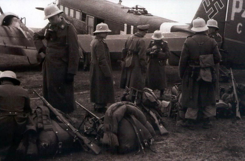 Brigade ramcke fallschirmjager with m31 rucksacks boarding plane to Africa