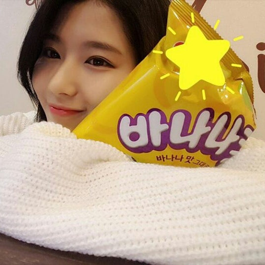 twice sana hugging korean snack