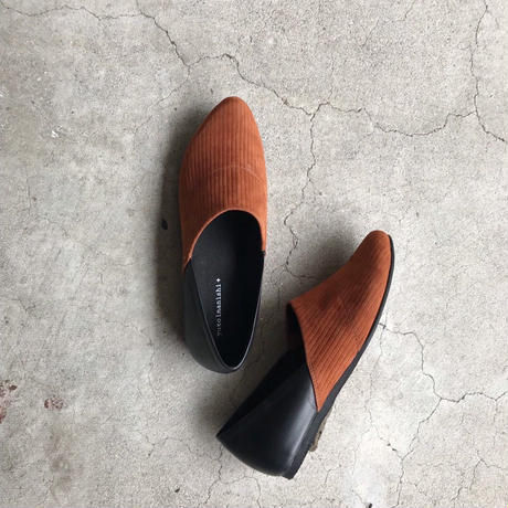 FW19 76126-7 | Side V Flat Shoes - Brown Suede | Yuko Imanishi+