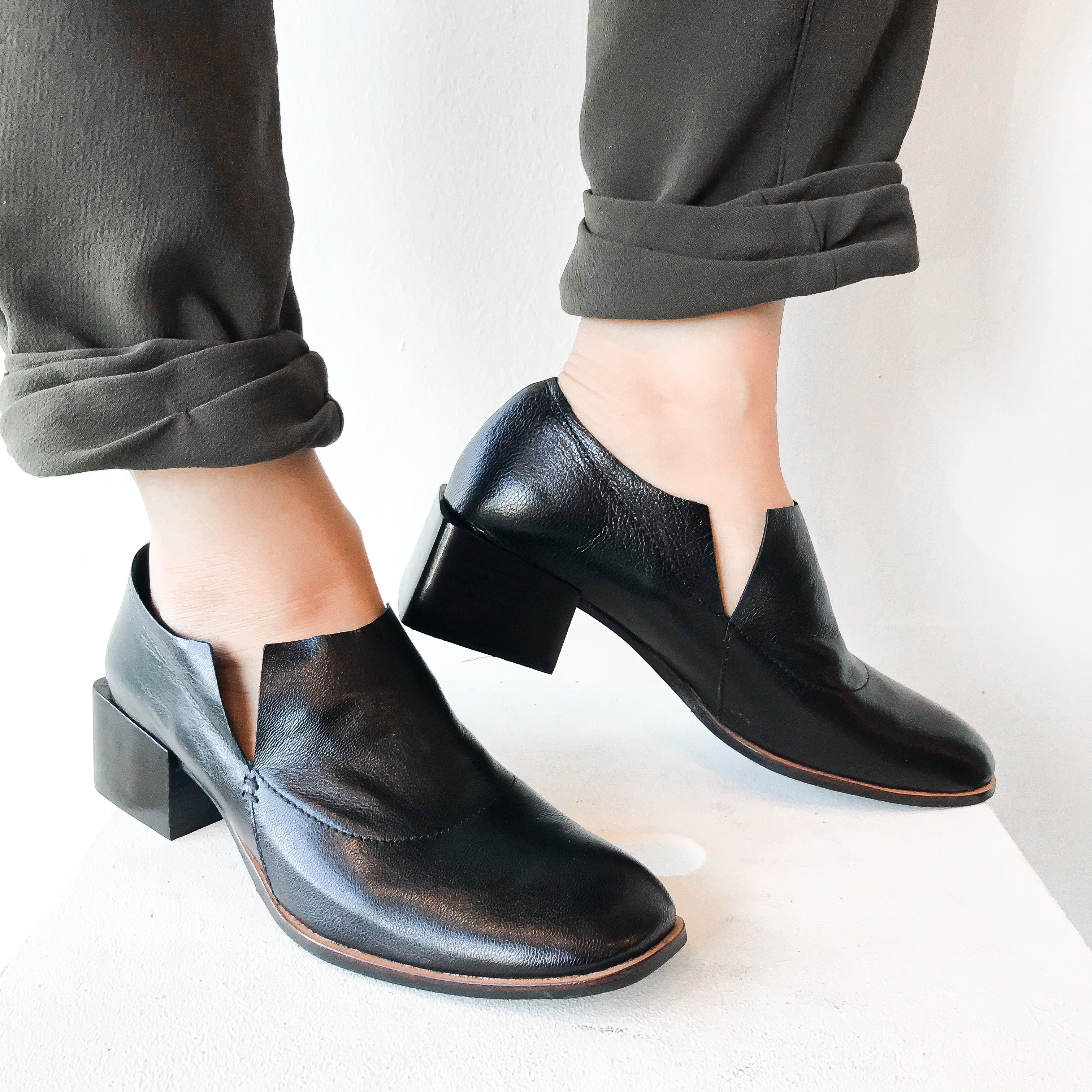 FW20 701063 | Unlined Heel Art Loafers - Black | Yuko Imanishi+