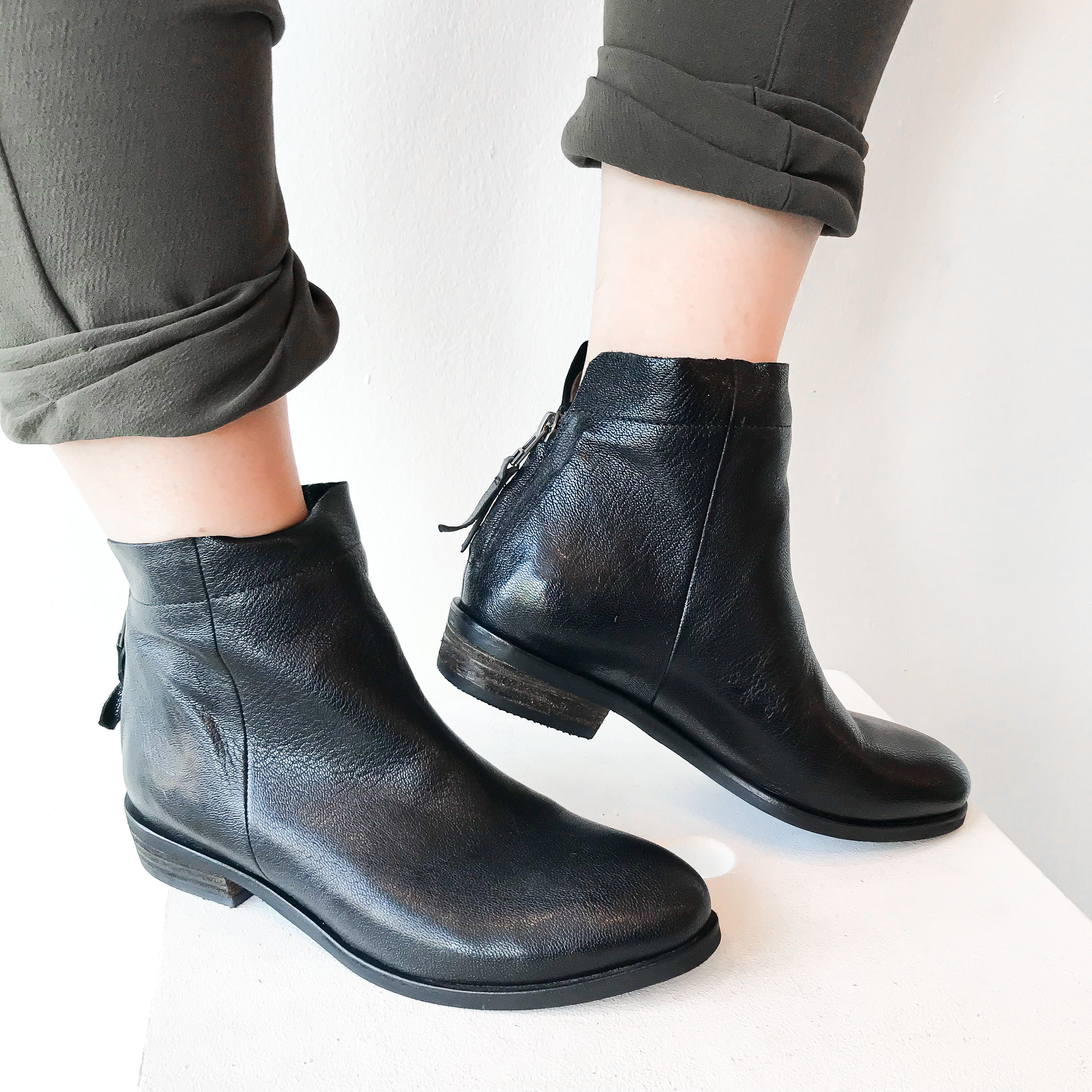 FW20 76700-3 | Zipper Stiched Ankle Boots - Black | Yuko Imanishi+