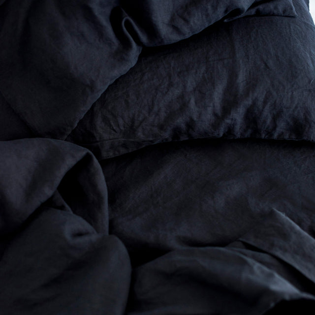 A close up image of the Navy Linen Duvet Cover, Pillowcase and Fitted Sheet.