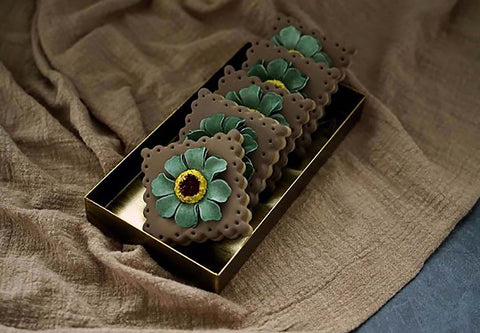 Display your jewellery, flowers, candles and more with this rustic vintage gold decorative steel tray. Tepsi. Tablett. Plateau. Bandeja. Bakke. Bricka.