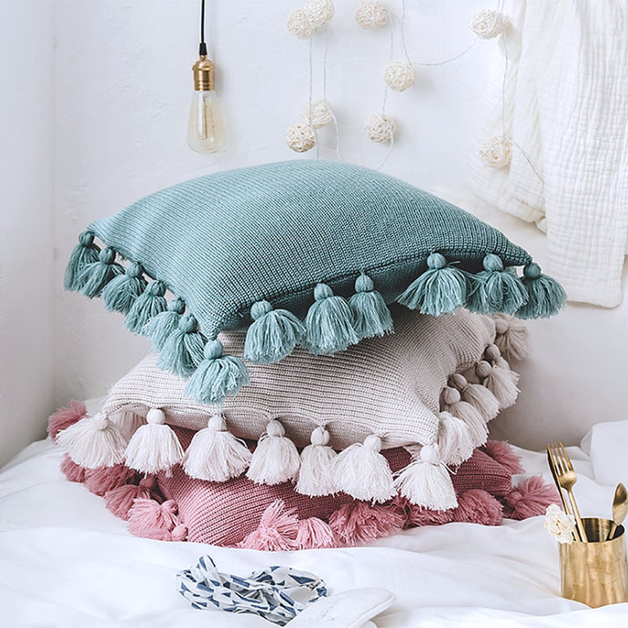 They are fantastic to snuggle up with and an easy and effortless way for an instant room update. This chunky tassel cushion is a great way of adding a fun accent and brightening up your room.