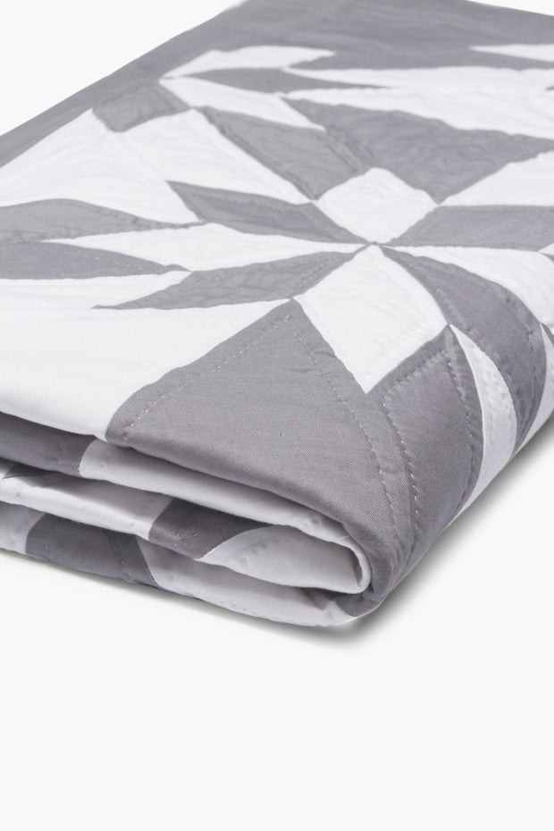Amish Patchwork Duotone Quilt Grey/White