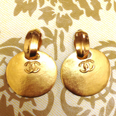 Vintage CHANEL large round dangling earrings with CC mark motif. Perfect jewelry for your collection. Can be 2 ways.