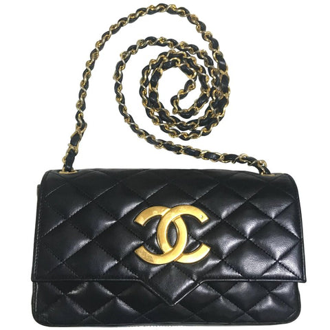 80's vintage CHANEL black lambskin shoulder bag with golden large CC closure and beak tip flap tip. Classic 2.55 bag