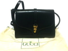 80's Vintage Gucci black leather clutch shoulder bag with logo motif closure. Classic and elegant daily use vintage Gucci bag