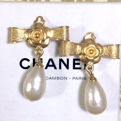 Vintage CHANEL golden bow and camellia flower design and dangling white teardrop earrings. Rare jewelry piece. Perfect gift.