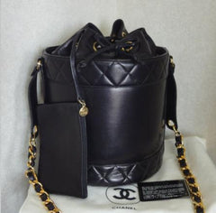 MINT. Vintage CHANEL black lambskin bucket hobo drum shoulder bag with golden chain strap and a pouch. CC mark, drawstring. Classic purse.