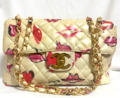 Vintage CHANEL cream vinyl coated canvas 2.55 jumbo chain shoulder bag with CC mark and lip illustration print. Rare masterpiece.