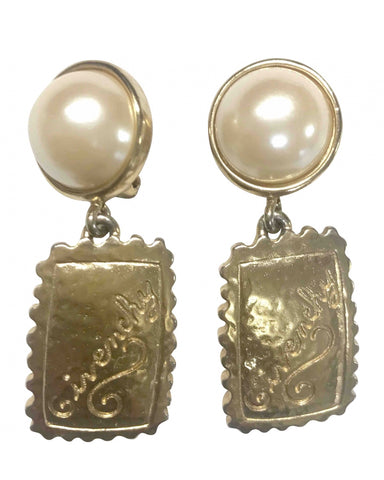 Vintage Givenchy faux pearl and golden dangle earrings with logo square plate. Chic and cute jewlery piece.