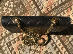 Vintage Roberta di Camerino, AMBASSADOR collection, classic 2.55 matelasse style lamb leather shoulder bag with golden R motif.