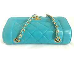 Vintage CHANEL emerald blue 2.55 chain shoulder bag with golden CC closure. Rare color purse. Must have collectible piece.
