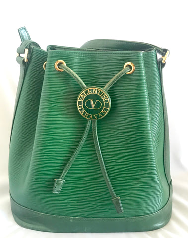 Vintage Valentino Garavani green epi leather  bucket NOE style shoulder bag with round V logo motif. Classic Valentino daily use purse.