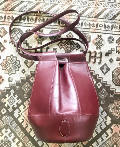 Vintage Cartier tulip 3 dimension hobo bucket shoulder bag in wine color leather. Classic purse from must de Cartier collection.