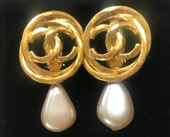 Vintage CHANEL golden layered hoop design earrings with CC mark and teardrop faux pearls. Beautiful Chanel jewelry.