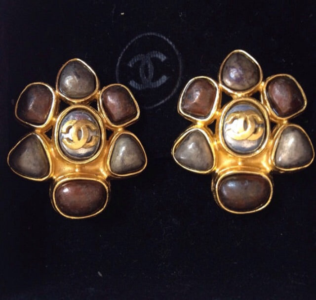 Vintage CHANEL marble purple and taupe color faux pearl flower motif earrings with gold tone CC logo. Perfect Chanel jewelry for party