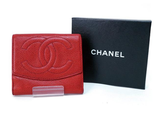 Vintage CHANEL red caviar leather wallet with large CC logo. Classic and perfect gift.