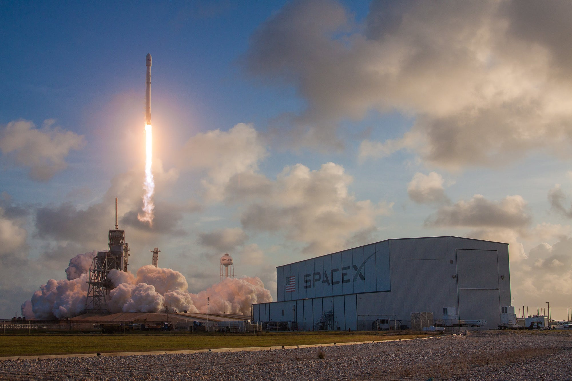 SpaceX signs deal to deploy internet-beaming SpaceBees for Swarm Technologies
