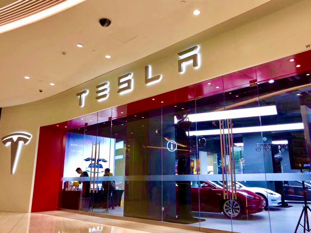 Who benefits from closing Tesla's offline stores?