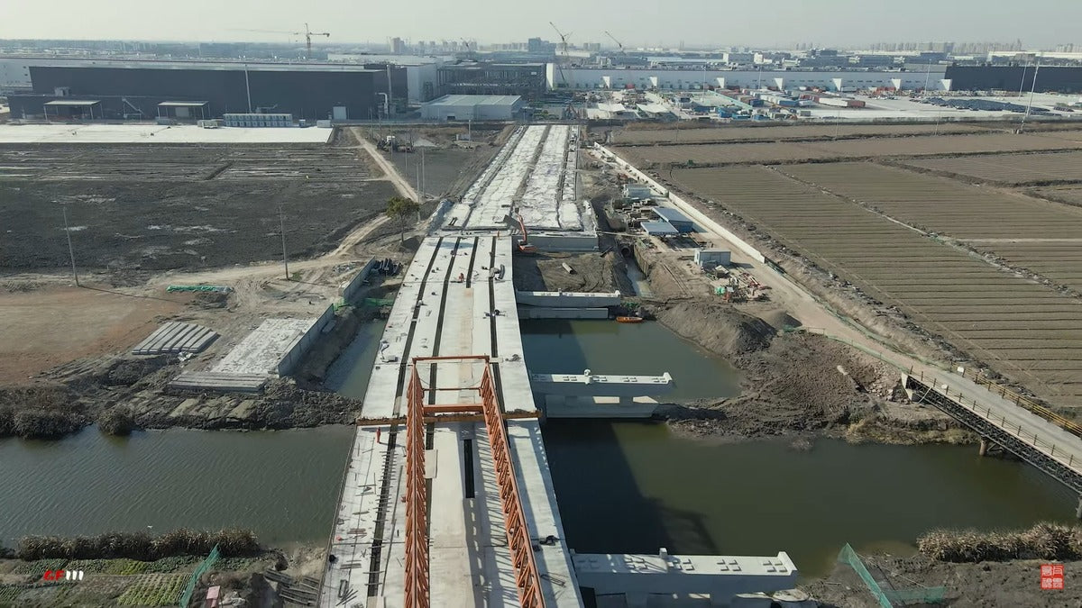 Tesla Giga Shanghai: A Bridge & Road Are Being Built while Factory Expansion Advances