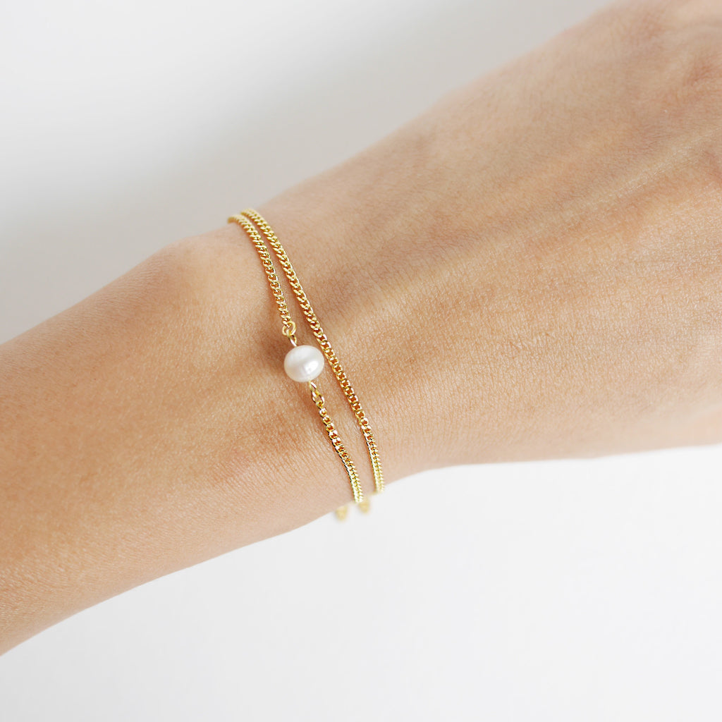 white bracelet detail and pearl for glass caramel women