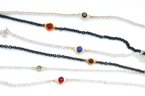bracelet / silver fine chain + small gemstone in gold bezel