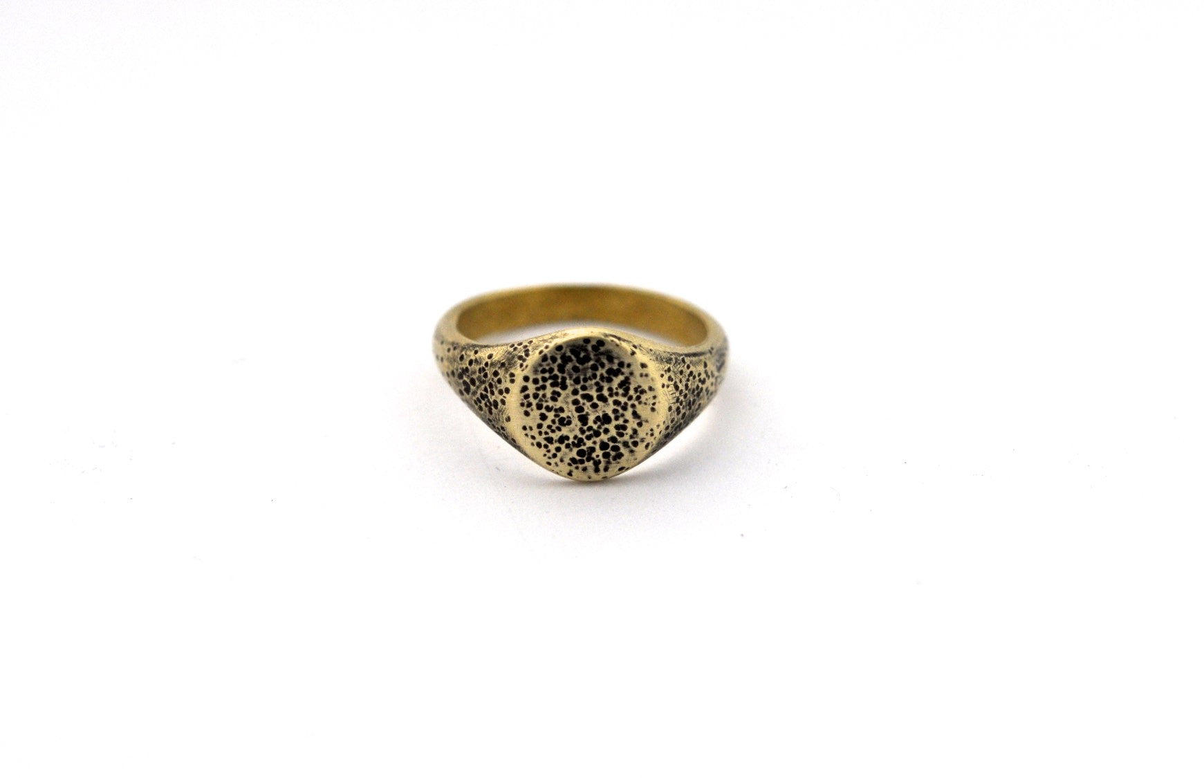 ring / signet ring SIMPLE OVAL PITTED FINISH