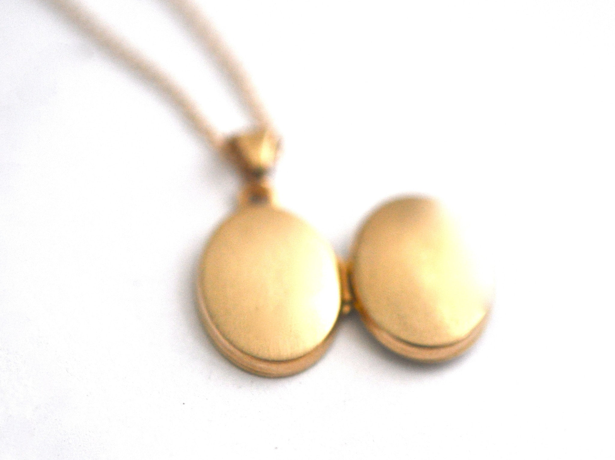 necklace / gold 14k plain tiny oval locket