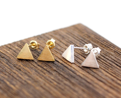 Tiny textured Triangle / Circle disc Stud Earrings in 2 colors. E0040G