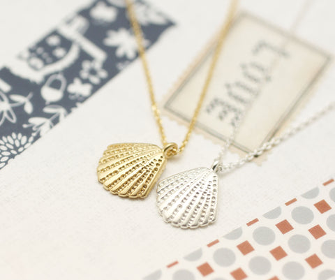 Scallop Seashell Pendant Necklace in silver / gold
