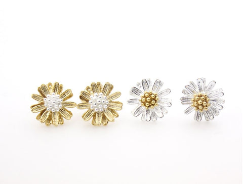 White Daisy flower studs earrings in silver / gold -3(925 sterling silver / plated over Brass)