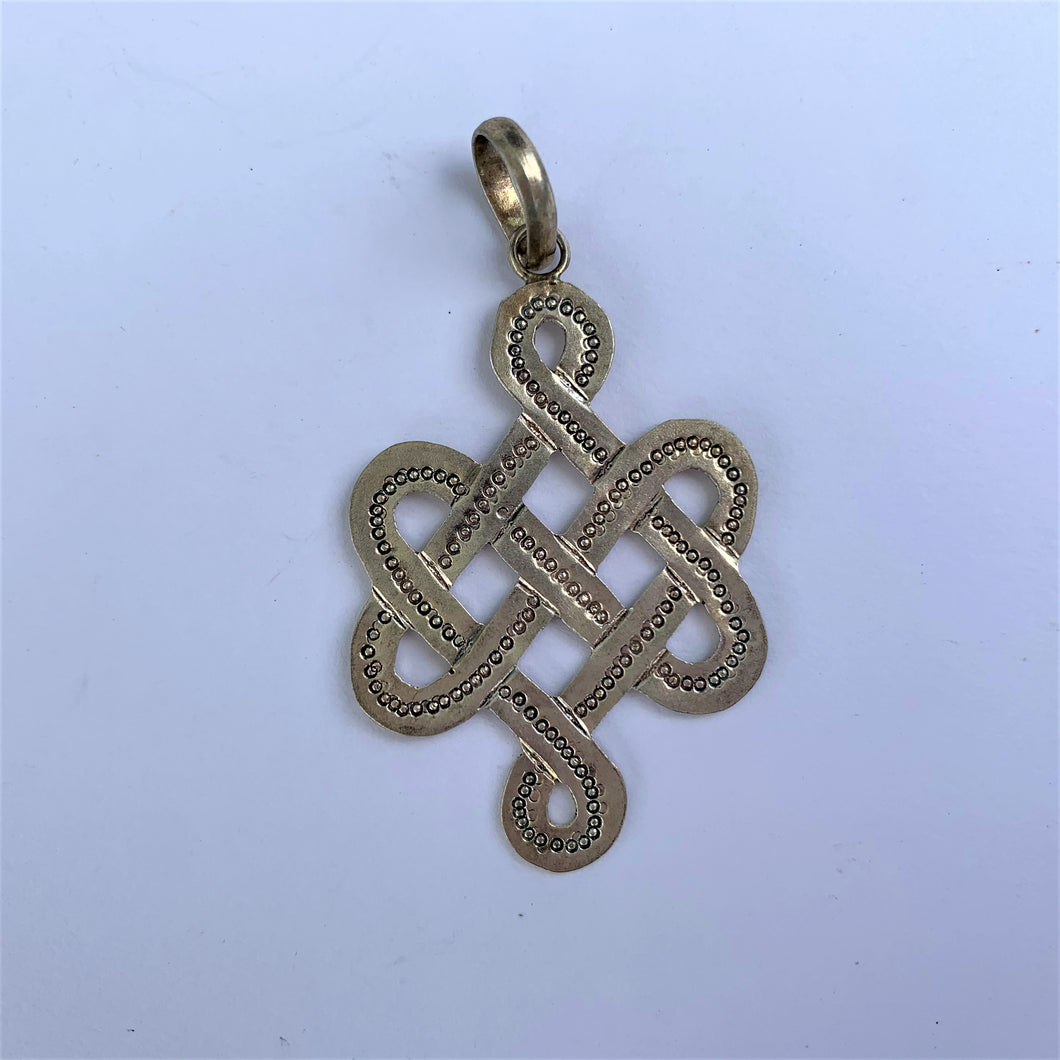 Pendant Endless Knot close up