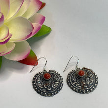 Load image into Gallery viewer, Round flower Earrings