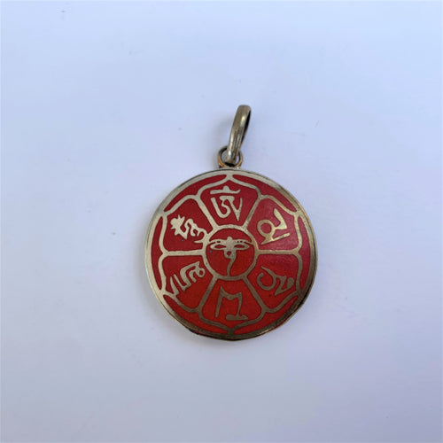 Pendant mani mantra on red background