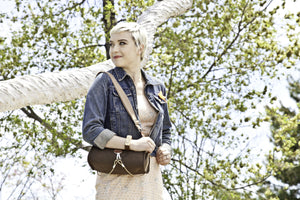 Po Campo Pilsen Bungee Handbag with model, bag over the shoulder