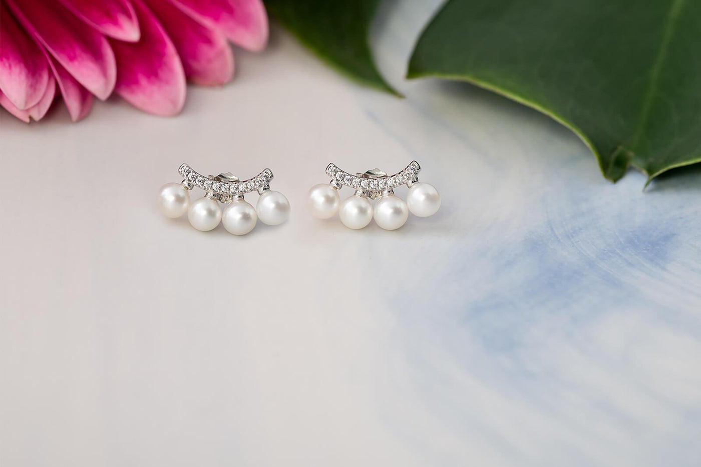 gift woman classic MOTHERS DAY  a gift free Pearl earrings new bridesmaid gift perfect condition
