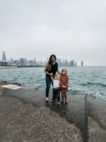mom with kids in front of chicago skyline