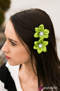 a-tale-of-two-daisies-green-p7ss-grxx-026xx