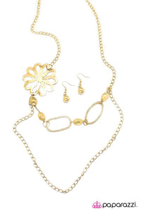 Paparazzi ♥ Fresh As A Daisy - Gold ♥ Necklace