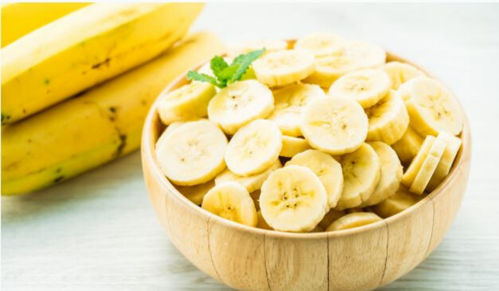 Busting The 5 Biggest Myths About Bananas. A bowl of bananas kept with some raw bananas on side.